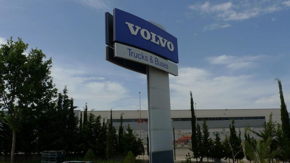 Tótems Volvo Trucks Zaragoza | ICÓNICA | Expertos en rotulación en Vitoria-Gasteiz